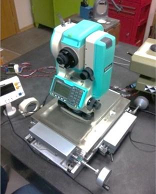 Arrangement for automated vertical angle measurements calibration