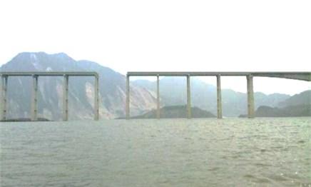 Fallen girder of the Miaoziping bridge (2008 Wenchuan earthquake, China)