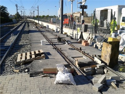 a) Compaction of the graded aggregates and b) rail alignment previous to the elastomer pouring