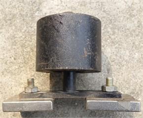 DVA: a) entity, b) sketch map: 1 – mass box, 2 – damping spring,  3 – connective stick, 4 – pedestal, 5 – installing holes