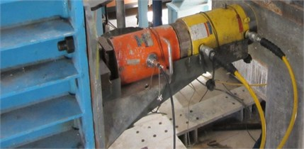Hydraulic jack with capacity of 1000 kN used in the tests