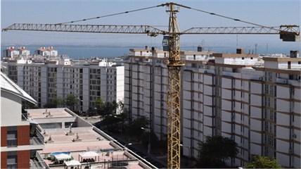 Photographic register of both Tower Cranes: a) Arco do Cego (AC) and b) Alto do Olival (AO)